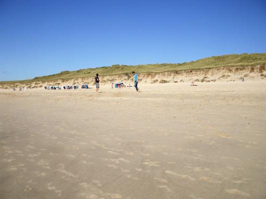 Der Strand: Sonnenbaden, Spiele - alles möglich! (Sylt) (© Gisela Perlwitz | Benefeld)