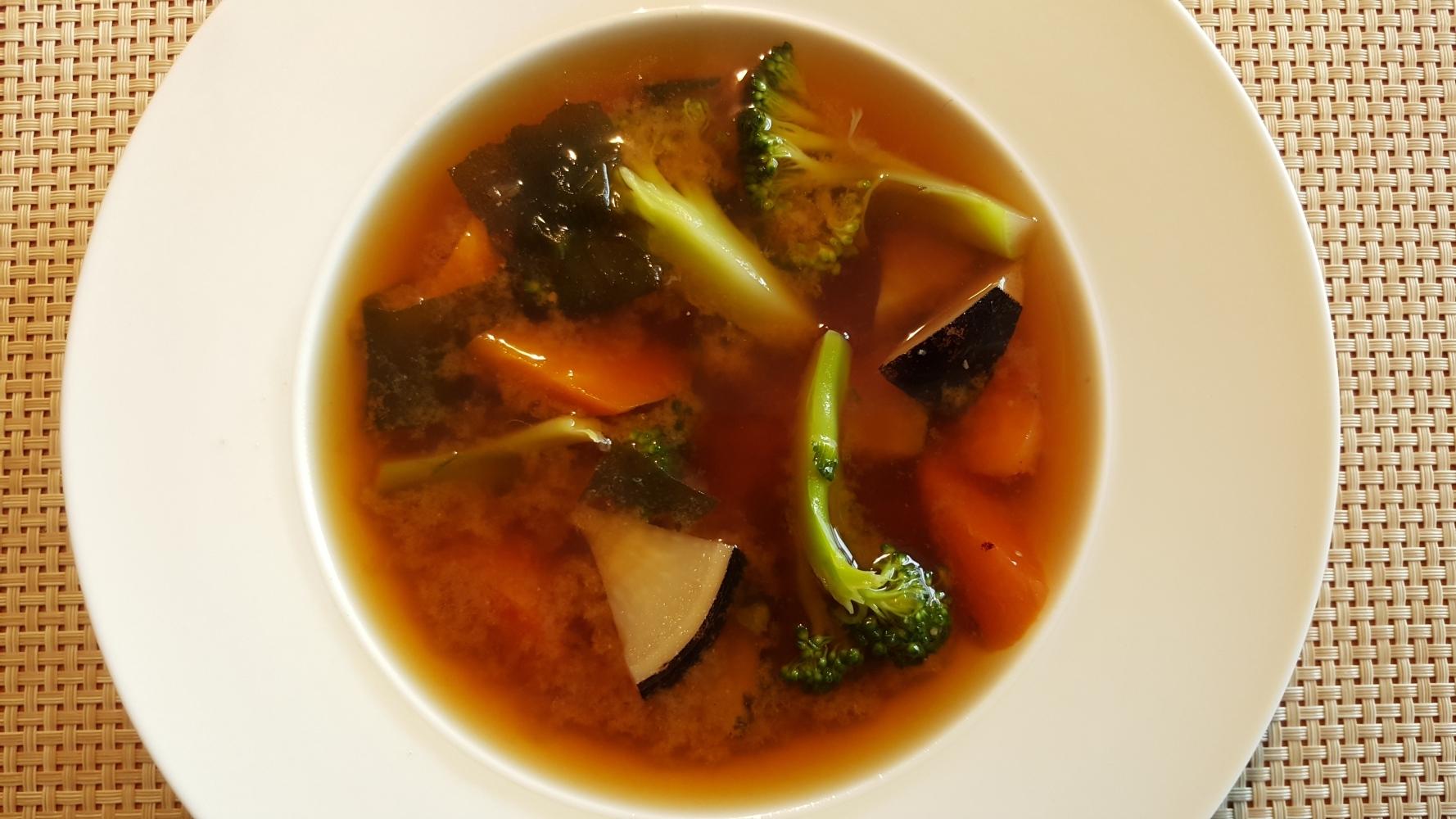 Misosuppe-mit-schwarzem-Rettich